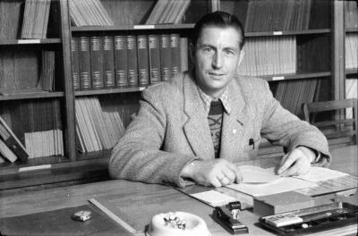 Mann mit Jackett und Pullover am Büroschreibtisch, Foto 1955