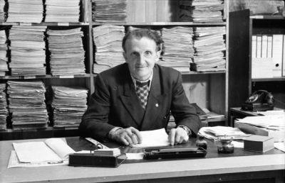 Älterer Mann vor Aktenregal, Foto 1955