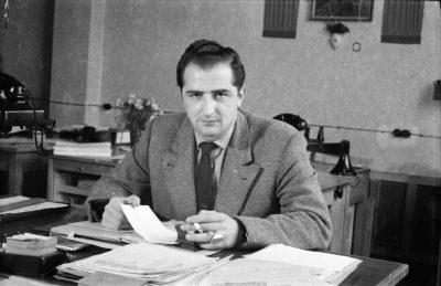 Mann mit Zigarette am Schreibtisch, Foto 1955