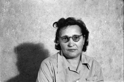 Portrait einer Frau vor der Fotoleinwand, Foto, Oktober 1955