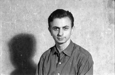 Portrait eines Mannes vor der Fotoleinwand, Foto 1955