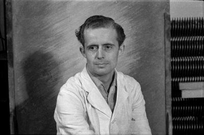 Passfoto eines Angestellten des HF im Arbeitskittel, Foto 1955