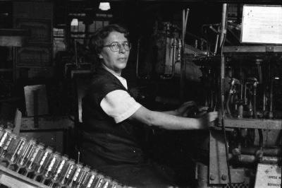 Arbeiterin am Arbeitsplatz, Foto 1955