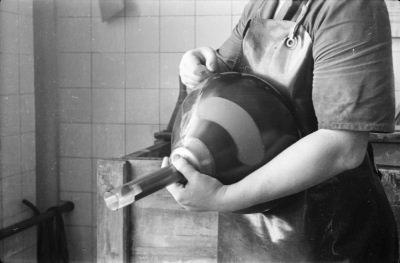 Frau beim Schwärzen eines Bildröhrenkolbens, Bild 1, Foto 1955