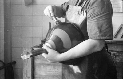 Frau beim Schwärzen eines Bildröhrenkolbens, Bild 2, Foto 1955