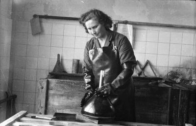 Frau beim Schwärzen eines Bildröhrenkolbens, Bild 3, Foto 1955