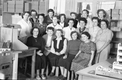 Gruppenfoto von 18 Arbeiterinnen, Foto 1955