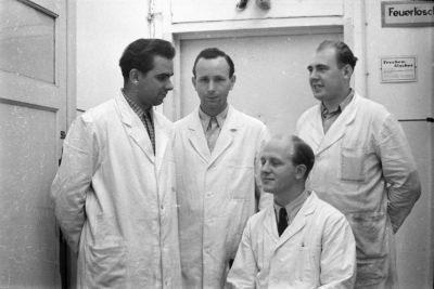 Gruppenfoto von 4 Männern im Arbeitskitteln, Foto 1955