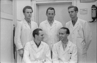 Gruppenfoto von 5 Männern im Arbeitskitteln, Foto 1955
