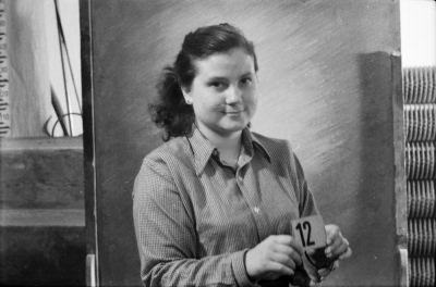 Dienstausweisportraitfoto, junge Frau mit Kartennummer 12, Foto 1955