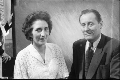 Portrait einer Frau und eines Mannes vor einer Fotoleinwand, Foto 1955