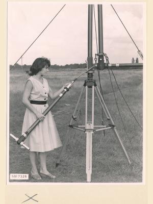 Feldstärkenmesser FSM: Anschrauben des Antennenkabel, Foto 1958
