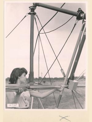 Feldstärkenmesser FSM: aufstecken der Dipole, Foto 1958