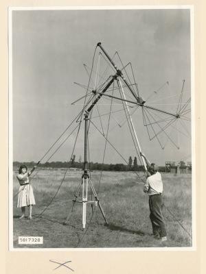 Feldstärkenmesser FSM: Aufrichten der Antenne, Foto 1958