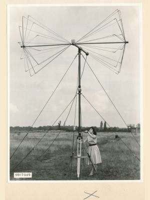 Feldstärkenmesser FSM: Einstellen der Senderichtung, Foto 1958