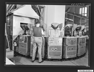 Bildröhrenwerk, Pumpautomat für Bildröhren, Foto 1960