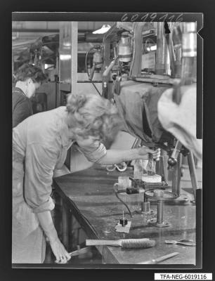 Sockeln der Bildröhren, Bild 3, Foto 1960