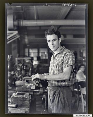 Kollege Axt am Schraubstock, Foto 1960