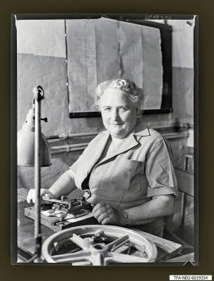 Kollegin Müller am Arbeitsplatz, Foto 1960