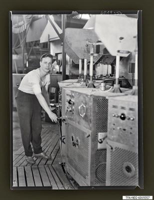 Kollege Webers am Pumpautomaten, Foto 1960