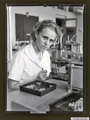 Kollegin Webers beim Montieren von Scheibenfüssen, Fot 1960