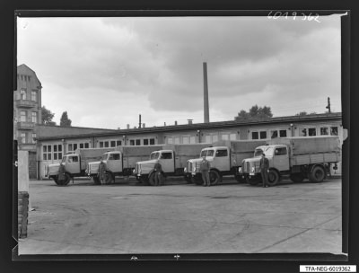 LKW-Fuhrpark des WF mit LKW-Fahrern, Foto 1960