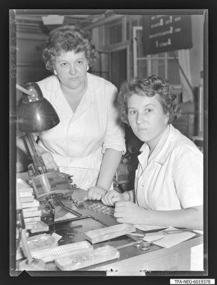 Brigade Gitterwickelei, 2 Frauen am Arbeitsplatz, Foto 1960