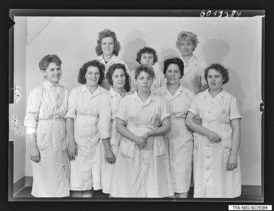 Brigade Hensel, Aufbau, 9 Frauen mit Arbeitskitteln; Foto, Juli 1960