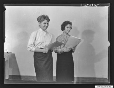 2 Frauen der Jugendbrigade Brigade Hänsel, Foto 1960