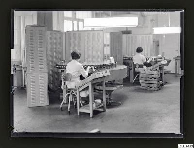 Zwei Frauen am Röhrenprüfautomat, Foto 1961