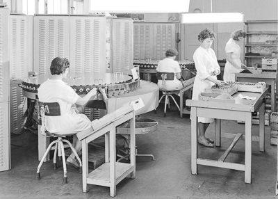 Frauen an Röhrenprüfautomaten, Foto 1961