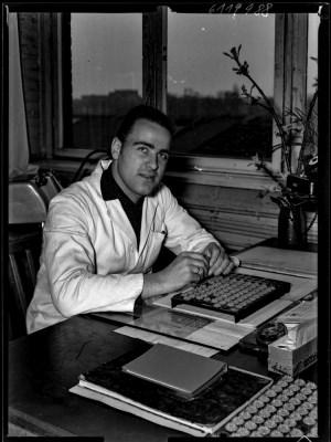 Koll. Hartwig (Pressstellerfertigung) am Schreibtisch, Foto 1961