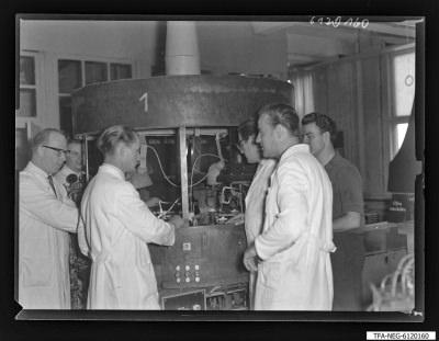 Arbeitsgemeinschaft/Brigade Hartwig (1. Mai), 6 Männer an Maschine, Foto 1961