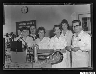Arbeitsgemeinschaft/Brigade Gerad Philippe (1. Mai), 6 Personen hinter Maschine, Foto 1961