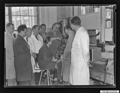 Arbeitsgemeinschaft/Brigade Hartmetall (1. Mai), 9 Männer an einer Maschine, Foto 1961