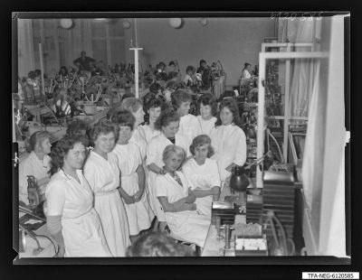 Brigade Spott-Empfängeröhrenaufbau, 13 Frauen, Foto1961