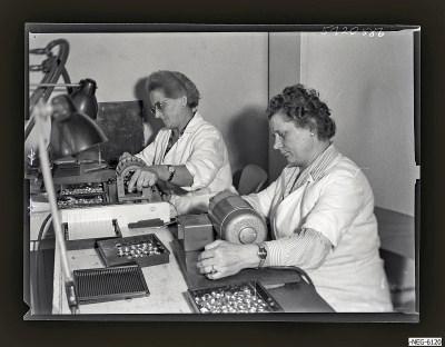 Zwei Frauen bei der Arbeit im Bildröhrenaufbau, Foto 1961