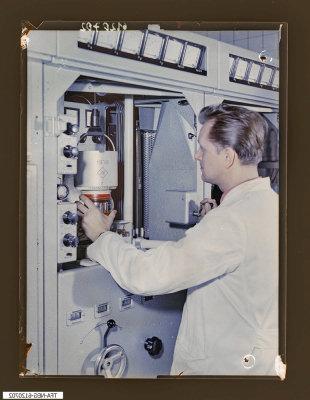 Einsetzen einer Senderöhre Typ 364, Foto 1961