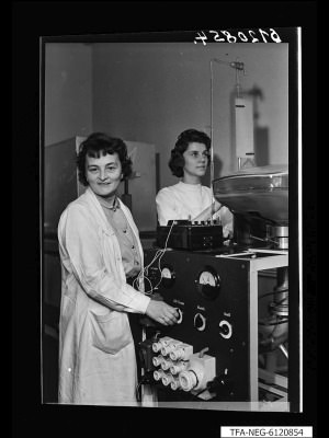 Ilse Boese an einem Pumpautomaten, Foto 1961
