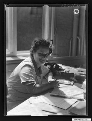 Kollegin Witte am Schreibtisch, Foto 1962