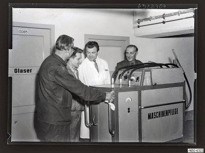 Sozialistische Arbeitsgemeinschaft mit Maschinenpflegegerät, Foto 1963