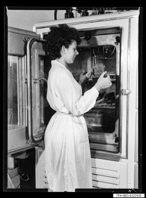Einstellen der Dioden in eine Klimakammer, Bild 2; Foto 1963