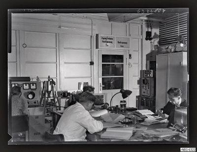 Mtarbeiter im Senderöhre-Labor ER 2, Foto 1963