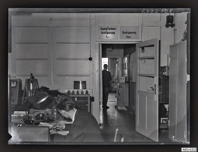 Mtarbeiter im Senderöhre-Labor ER 3, Foto 1963