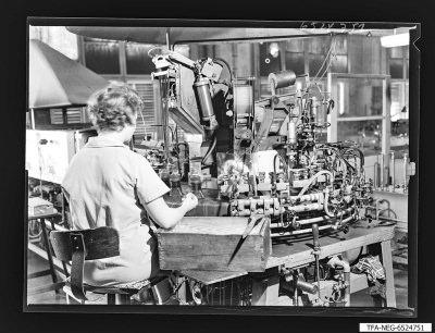 Arbeiterin an Maschine, Foto 1965