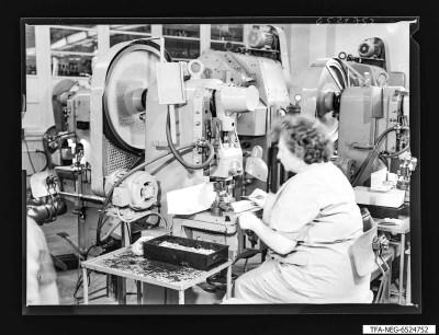 Arbeiterin an Stanzmaschine, Foto 1965