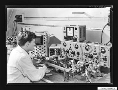 Junger Mann am Messplatz für 9 GHz Klystron, Foto 1965
