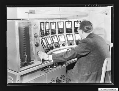 Mann am Universalmesstisch für Gasentladungsröhren, Foto 1965