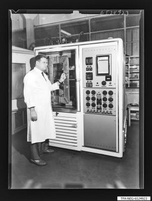 Abteilungsleiter Graeser bei der Klimaprüfung, Foto 1965