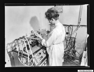 Frau bei Herstellung der Super-Orthikon, Foto 1965